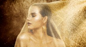 Красота вуали золота фотомодели, женщина под золотой сетью ткани, красивым портретом девушки стоковое изображение