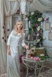 Красота в комнате с цветками Стоковые Изображения RF