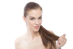 Красота держа ее сильные длинные волосы Стоковые Изображения RF