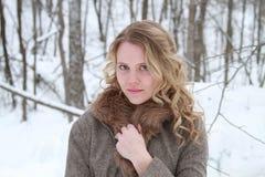 Красота женщины зимы в куртке уравновешенной мехом Стоковые Изображения RF