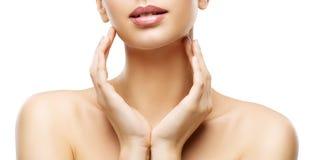 Красота заботы кожи, губы женщины и руки Skincare, здоровое тело стоковое фото rf
