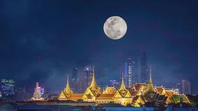 Красота золотых дворцов и виска keaw phra вечером с полнолунием в темном небе двигая вверх в Бангкок, Таиланд сток-видео