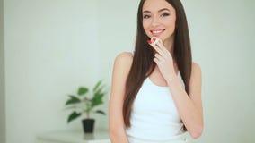 Красота и забота Женщина прикладывая сливк на коже Красивая молодая женщина с чистой свежей кожей касается ее стороне лицево видеоматериал