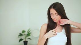 Красота и забота Женщина прикладывая сливк на коже Красивая молодая женщина с чистой свежей кожей касается ее стороне лицево сток-видео
