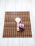 Красота и концепция вытрезвителя с солью для принятия ванны на Дзэн всходят на борт Стоковые Фото