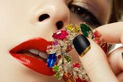 Красота и концепция моды красивейшая женщина ювелирных изделий Стоковые Изображения RF