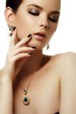 Красота и концепция моды красивейшая женщина ювелирных изделий Стоковое Изображение