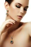 Красота и концепция моды красивейшая женщина ювелирных изделий Стоковые Фото