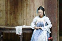 Красота китайской классики в традиционном платье Hanfu делает желание Стоковые Изображения RF