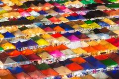 Красота многократной цепи красит рынок ночи города Стоковая Фотография RF