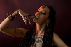 Красота моды и стильные волосы Состав Красивая сексуальная женщина w Стоковая Фотография RF
