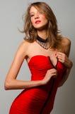 Красота моды unzipping красное платье Стоковые Изображения