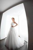 Красота невест Молодая женщина в платье свадьбы внутри помещения Стоковые Изображения