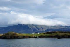 Красота одичалой природы Побережье и море горы под облачным небом в Rejkjavik, Исландии Ландшафт горы на cloudscape Стоковое фото RF