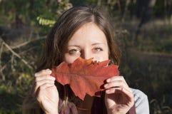 Красота осени, портрет счастливой девушки outdoors Стоковая Фотография RF