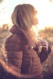 Красота сняла женщины в поле на заходе солнца Стоковое Изображение RF