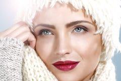 Красота сняла красивой женщины в одеждах зимы Стоковые Фото