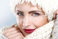 Красота сняла красивой женщины в одеждах зимы Стоковые Изображения RF