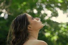 Красота стороны женщины Женщина с курчавым стилем причёсок и чуть-чуть плечо на летний день Женщина с длинными волосами брюнет на Стоковые Изображения RF