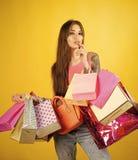 Красота стороны женщины Женщина shopaholic с бумажными сумками, продажа Стоковая Фотография RF