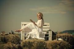Красота стороны женщины Счастливая книга чтения женщины на стенде на голубом небе Стоковое Изображение RF
