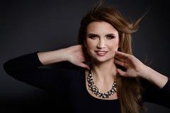 Красота студии сняла женщины с белым ожерельем жемчуга стоковое фото
