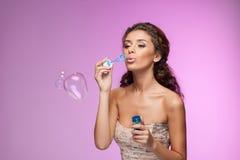 Красота с палочкой пузыря. Красивые молодые женщины дуя в Стоковое Изображение RF
