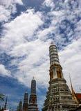 Красота тайской архитектуры и стиля гигантского золота пагоды тайского в Таиланде Стоковое Фото