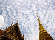Красота тайской архитектуры и стиля гигантского золота пагоды тайского в Таиланде Стоковое Изображение RF