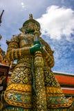 Красота тайской архитектуры и стиля гигантского золота пагоды тайского в Таиланде Стоковые Изображения