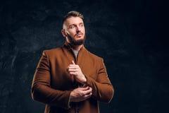 Красота ` s людей, сезонная мода Стильно одетый человек в пальто demi-сезона застегивая вверх по его рукаву Фото студии стоковая фотография rf