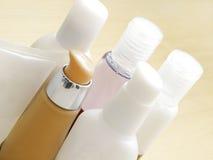 красотка ванны разливает продукт по бутылкам косметик Стоковая Фотография RF