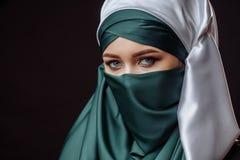 красотка внутренняя Mahametan прячет ее сторону стоковое изображение