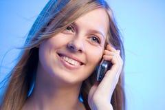 красотка зноня по телефону усмехаться стоковая фотография rf