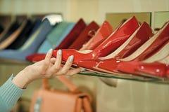 Красотка и способ Витрина с женскими обувью и рукой Стоковые Фотографии RF