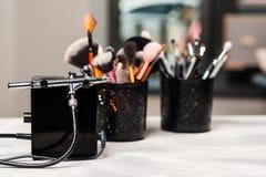 Красотка и способ Инструменты и щетки макияжа на рабочем месте художника вычерченный вектор комплекта продуктов состава иллюстрац стоковое фото