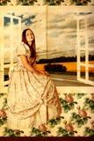 красотка около детенышей женщины окна Стоковое Фото