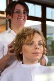 красотка получает детенышей женщины магазина hairdo Стоковые Фото