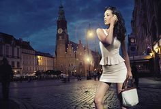 Красотка представляя над предпосылкой города ночи Стоковые Изображения RF