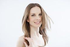 Красотка с ветреными волосами на белизне Стоковое Изображение RF