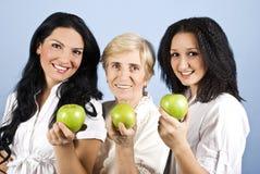 красотка яблок давая здоровым 3 женщинам вас Стоковое Фото