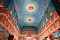 Красочная буддийская картина искусства на стене и потолке Стоковое Изображение