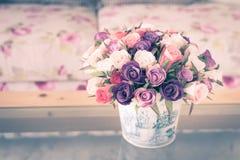 Красочная ваза цветка в живущей комнате, винтажном изображении стиля Стоковое Изображение RF