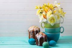 Красочная весна цветет, торты пасхи и яичка на деревянном backgr Стоковые Изображения