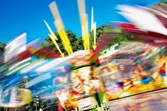 Красочная весьма езда ярмарочной площади Закручивая ярмарка потехи нерезкости движения Стоковая Фотография RF