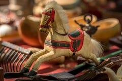 Красочная винтажная деревянная лошадь стоковые изображения