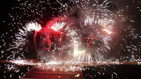 Красочная выставка огня на ноче на доке видеоматериал