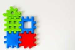 Красочная головоломка сделанная от игрушек ждет выполнение Концепция на полная или мечт жизнь Стоковое фото RF