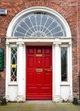 Красочная грузинская дверь в городе Дублина, квадрате Merrion, Ирландии стоковые фотографии rf