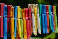 Красочная группа в составе зажимки для белья на веревочке Стоковое Фото